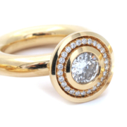 18 karaats deel dikke gouden ring met briljant middensteen en diamantjes